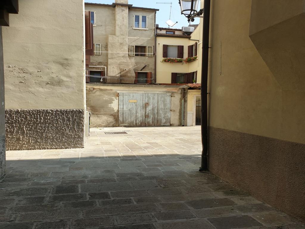 CHIOGGIA, SPAZIOSO GARAGE/MAGAZZINO IN CENTRO